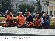 Купить «Работники коммунальной службы отдыхают. Манежная площадь. Москва», эксклюзивное фото № 23078127, снято 10 июня 2016 г. (c) lana1501 / Фотобанк Лори