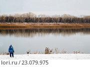 Мальчик стоит у воды. Стоковое фото, фотограф Виктор Хван / Фотобанк Лори