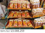 Купить «Продажа национальной итальянской пасты на улице в Пизе, Италия», фото № 23088259, снято 29 июня 2015 г. (c) Николай Кокарев / Фотобанк Лори