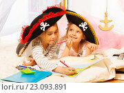 Купить «Девочки-пираты рисуют карту сокровищ», фото № 23093891, снято 23 апреля 2016 г. (c) Сергей Новиков / Фотобанк Лори