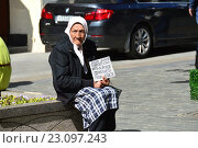 Купить «Нищая пожилая женщина просит милостыню на Кузнецком мосту в Москве», эксклюзивное фото № 23097243, снято 13 июня 2016 г. (c) lana1501 / Фотобанк Лори