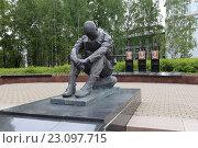 Купить «Памятник «Скорбящий воин», Сыктывкар», эксклюзивное фото № 23097715, снято 7 июня 2016 г. (c) Алексей Гусев / Фотобанк Лори