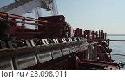 Купить «Укладка подводного оптического кабеля на дно моря», видеоролик № 23098911, снято 27 ноября 2015 г. (c) Александр Багно / Фотобанк Лори