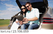 Купить «happy couple with tablet pc at hatchback car trunk 34», видеоролик № 23106059, снято 15 июня 2016 г. (c) Syda Productions / Фотобанк Лори