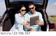 Купить «happy couple with tablet pc at hatchback car trunk 37», видеоролик № 23106167, снято 15 июня 2016 г. (c) Syda Productions / Фотобанк Лори