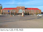 Купить «Калининград. Южный вокзал - главный железнодорожный вокзал города», фото № 23115163, снято 4 мая 2016 г. (c) Михаил Рудницкий / Фотобанк Лори