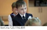 Мальчик и девочка первоклассники вместе отвечают на уроке в  школе (2016 год). Редакционное видео, видеограф Кекяляйнен Андрей / Фотобанк Лори