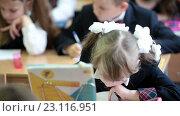 Девочка делает уроки в школе за партой (2016 год). Редакционное видео, видеограф Кекяляйнен Андрей / Фотобанк Лори