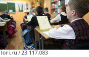 Ученик сидит с ручкой в руках за партой во время школьного урока (2016 год). Редакционное видео, видеограф Кекяляйнен Андрей / Фотобанк Лори