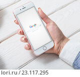 Поисковая станица Google на дисплее iPhone 6 (2016 год). Редакционное фото, фотограф ouh_desire / Фотобанк Лори