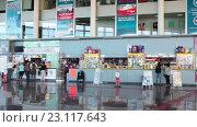 Купить «Автобусный вокзал в Санта Крузе. Кассы и торговые павильоны. Тенерифе, Канары, Испания», видеоролик № 23117643, снято 18 мая 2016 г. (c) Кекяляйнен Андрей / Фотобанк Лори