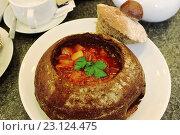 Красный борщ в горшке из хлеба. Стоковое фото, фотограф Наталья Чумакова / Фотобанк Лори