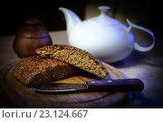 Домашний хлеб из отрубей в разрезе на разделочной доске. Стоковое фото, фотограф Наталья Чумакова / Фотобанк Лори