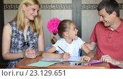 Купить «Мама и папа похвалили свою дочку первоклассницу, выполняя с ней домашнее задание», видеоролик № 23129651, снято 21 июня 2016 г. (c) Иванов Алексей / Фотобанк Лори