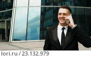 Купить «Бизнесмен, разговаривает по телефону», видеоролик № 23132979, снято 24 июня 2019 г. (c) Алексей Собченко / Фотобанк Лори