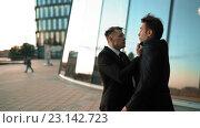 Два бизнесмена ссорятся у бизнес-центра. Стоковое видео, видеограф Алексей Собченко / Фотобанк Лори
