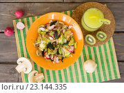 Салат с цукини, грибами и редисом. Стоковое фото, фотограф Алексей Жарков / Фотобанк Лори
