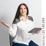 Молодая девушка узнала приятную новости из планшета. Стоковое фото, фотограф Александр Колодько / Фотобанк Лори