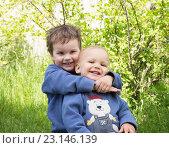 Купить «Два маленьких брата летом на улице», фото № 23146139, снято 4 июня 2016 г. (c) Юлия Бабкина / Фотобанк Лори