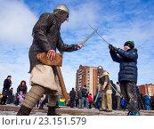 Купить «Шуточный бой с жителями города на масленичных гуляниях», эксклюзивное фото № 23151579, снято 13 марта 2016 г. (c) Вячеслав Палес / Фотобанк Лори