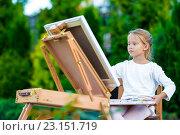 Купить «Маленькая девочка рисует на мольберте на открытом воздухе», фото № 23151719, снято 15 августа 2015 г. (c) Дмитрий Травников / Фотобанк Лори