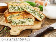 Купить «Пирог с зеленым луком и яйцами на разделочной доске. Домашняя выпечка», фото № 23159435, снято 26 июня 2016 г. (c) Надежда Мишкова / Фотобанк Лори
