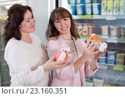 Women purchasing traditional dairy products. Стоковое фото, фотограф Яков Филимонов / Фотобанк Лори