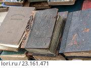 Старые потертые книги на прилавке (2013 год). Стоковое фото, фотограф Серов Николай / Фотобанк Лори