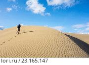 Купить «Mature man with backpack running on sand dunes at Maspalomas, Gran Canaria, Canary Islands, Spain.», фото № 23165147, снято 10 декабря 2018 г. (c) age Fotostock / Фотобанк Лори