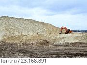 Купить «Экскаватор работает в песчаном карьере», фото № 23168891, снято 14 марта 2016 г. (c) Олеся Новицкая / Фотобанк Лори