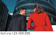 Купить «Деловые мужчина и женщина идут в здание», видеоролик № 23169595, снято 27 июня 2016 г. (c) Алексей Собченко / Фотобанк Лори