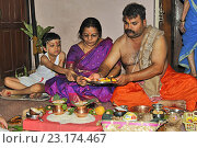 Munjan Ceremony- The child with his parents performing Pooja a part of Munjan ceremony. (2009 год). Редакционное фото, фотограф Ephotocorp / age Fotostock / Фотобанк Лори