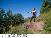 Девушка в боевой стойке на камне. Стоковое фото, фотограф Виктор Хван / Фотобанк Лори