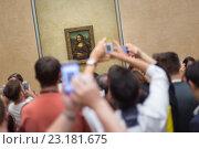 "Толпа туристов возле картины Леонардо да Винчи ""Мона Лиза"" в музее Лувр. Париж (2016 год). Редакционное фото, фотограф Matej Kastelic / Фотобанк Лори"