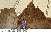 Купить «Люди на выставке гигантских песчаных фигур по мотивам русских сказок в Сочи Парке», фото № 23188647, снято 1 июня 2016 г. (c) DiS / Фотобанк Лори