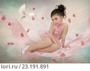 Маленькая балерина в лепестках розы и голубь. Стоковое фото, фотограф Маргарита Нижарадзе / Фотобанк Лори