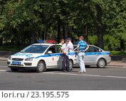 Купить «Машины ДПС, перекрывающие улицу. Санкт-Петербург», эксклюзивное фото № 23195575, снято 3 июля 2016 г. (c) Александр Щепин / Фотобанк Лори