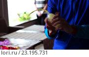 Купить «Клоун делает животное из воздушного шарика», видеоролик № 23195731, снято 2 июля 2016 г. (c) Яков Чешихин / Фотобанк Лори