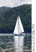 Купить «Парусная яхта в истоке реки Ангары», фото № 23206751, снято 2 июля 2016 г. (c) Виктория Катьянова / Фотобанк Лори