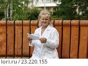 Купить «Женщина получила письмо», фото № 23220155, снято 28 июня 2016 г. (c) Юрий Шурчков / Фотобанк Лори