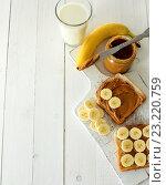 Купить «Бутерброды с арахисовым маслом и бананом», фото № 23220759, снято 15 декабря 2018 г. (c) Sergejs Rahunoks / Фотобанк Лори