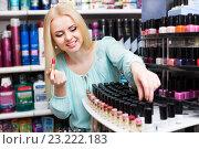 Young blondie selecting lipstick. Стоковое фото, фотограф Яков Филимонов / Фотобанк Лори