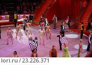 Артисты на арене Московского цирка Никулина на Цветном бульваре приветствуют публику (2016 год). Редакционное фото, фотограф Александр Замараев / Фотобанк Лори