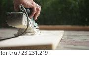 Купить «Обработка дерева шлифовальной машинкой», видеоролик № 23231219, снято 5 июня 2016 г. (c) Олег Башкир / Фотобанк Лори