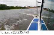 Катер идет по реке Волхов в Великом Новгороде (2016 год). Стоковое видео, видеограф Pukhov K / Фотобанк Лори