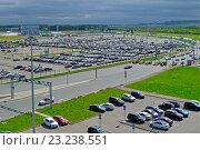 Купить «Большая автомобильная парковка у аэропорта», фото № 23238551, снято 11 мая 2016 г. (c) Зезелина Марина / Фотобанк Лори