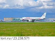 Купить «Самолет Airbus A319 компании Россия на взлетно-посадочной полосе аэропорта Пулково», фото № 23238571, снято 11 мая 2016 г. (c) Зезелина Марина / Фотобанк Лори