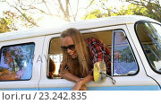 Купить «Hipster couple looking out of window of the van», видеоролик № 23242835, снято 14 декабря 2018 г. (c) Wavebreak Media / Фотобанк Лори