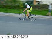 Купить «Велосипедист», эксклюзивное фото № 23246643, снято 11 июля 2016 г. (c) Лариса Вишневская / Фотобанк Лори