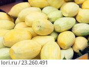 Купить «peeled mango at street market», фото № 23260491, снято 7 февраля 2015 г. (c) Syda Productions / Фотобанк Лори